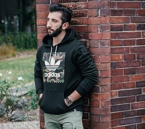 Stylisches Kapuzensweatshirt mit Camo-Print von Adidas Originals. Perfekt für jeden Herren Street Look.