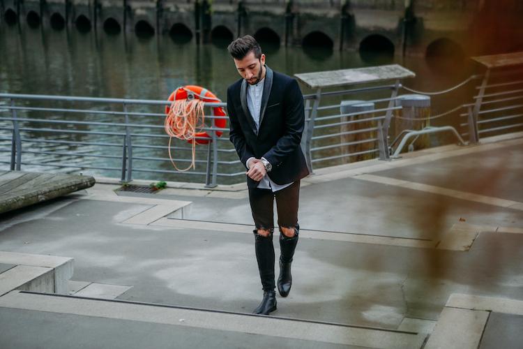 Cooles Herren Silvester Outfit kombiniert aus einem Sakko und einer destroyed Jeans. Mit den stylischen Männer Boots und dem klassischen weißen Männerhemd seid ihr bestens vorbereitet.