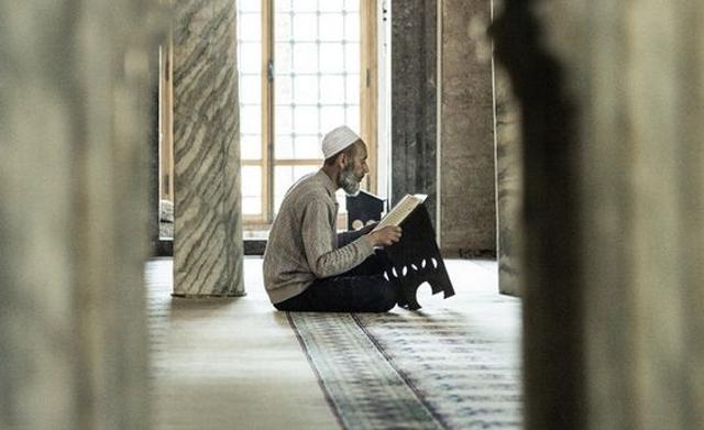 Covjek u džamiji, islamske teme