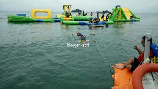 Lintasan laut antara jeti dan wahana floating water park.