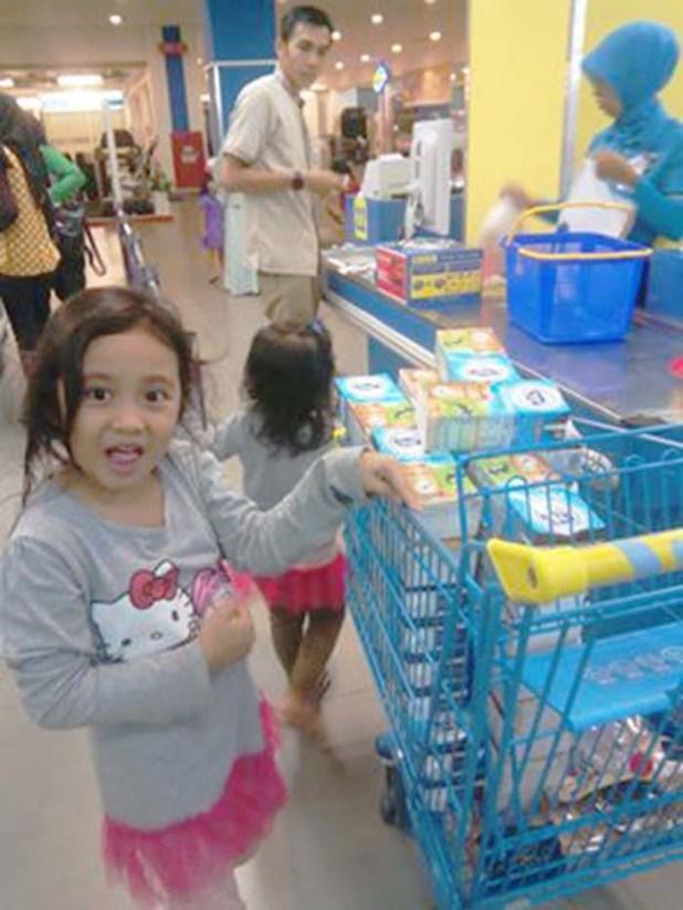Azka dan Kenzie berbelanja kebutuhan mereka.