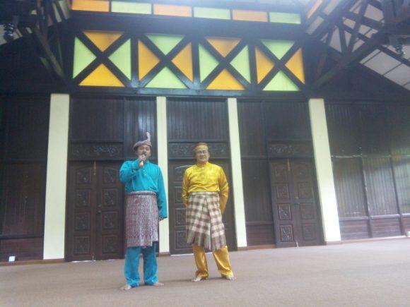 Profesor Lahir juga didampingi Prof Mohamad Romazi bin Nordin selaku Pegawai Tugas-Tugas Khas Persatuan Melayu Bugis Selangor.
