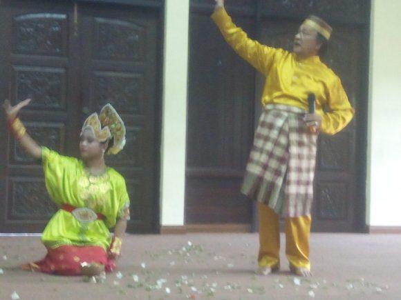 Pakar Budaya Bugis Prof Dr Haji Mohd Lahir bin Haji Maharam menerangkan makna gerak Tari Pooja.