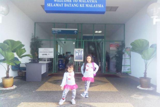 Kakak Azka dan Adek Kenzie di Pelabuhan Stulang Laut, Johor Baharu, Malaysia.
