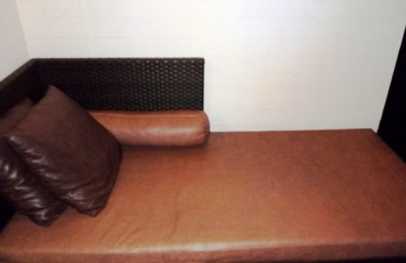 Sofa di teras kamar.