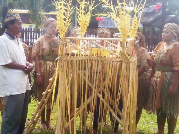 Ritual doa Suku Mah Meri sebelum memulai acara. Foto by menixnews.com