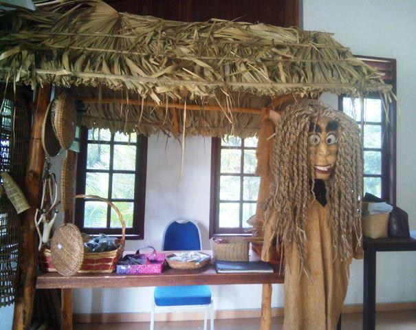 Pajangan souvenir di Balai Adat Suku Mah Meri. Foto by menixnews.com