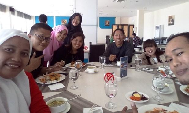 Narsis bersama sebagian anggota Blogger Kepri saat break makan siang. Foto by menixnews.com