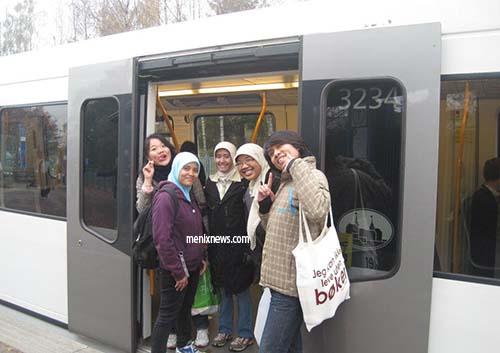 Foto bersama teman-teman mahasiswa Indonesia yang ada di Oslo di pintu masuk T-Bane.
