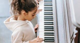 anak belajar bermain piano