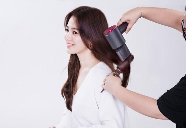 當頭髮吹到半乾時,你可以在風筒裝上順滑風嘴,由上往下吹乾頭髮。強勁的氣流會撫平毛鱗片,創造出頭髮的滑順感和光澤感。