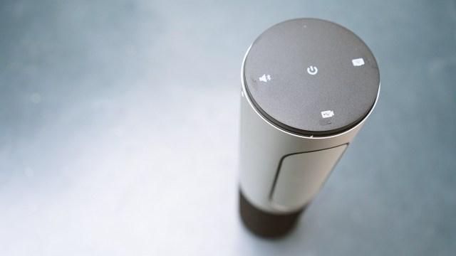 Logitech Connect 還非常易操作,除可使用遙控操作外,機頂也有清晰易明的操作按鈕。 小型工作團隊的理想解決方案Connect 是針對 1 到 6 人的團隊最佳化,可確保每個人的對話都清晰可聞,不會錯過任何一句話。幾乎可在任何工作場所體驗 HD 1080p 視訊、4 倍數位變焦、360 度音效以及無線螢幕鏡射投影等功能。 便攜式全功能設計出差在外仍可使用視訊會議。Connect 體積精巧、容易使用,可攜帶進行會議。或是在旅行時打包攜帶,讓您不會錯過任何「面對面」會議的機會。Connect 的可充電電池可維持長達 3 小時的視訊通話。做為話筒擴音機使用電池壽命可達 15 小時。
