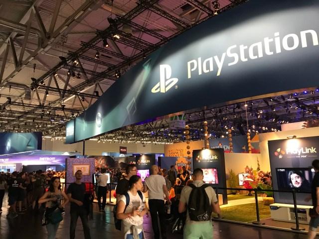 向來最漂亮的 PlayStation ,在 Gamescom 也是「入鄉隨俗」,展館設計非常隨意……