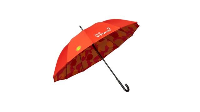 【強效抖水珠雨傘】雨傘採用雙面圖案設計,除了傘表面以鮮豔奪目的 Shell 品牌紅色攝人眼球,傘內印有獨家迷彩聯乘圖案,更附有強效抖水珠功能,集外觀與功能於一身。