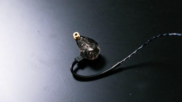 配合HDD動圈單元,Ten 2設有APE(Atmospheric Pressure Equalization)低音氣孔設計,耳機面板上及底部都設有氣孔,調節單元前面及背面的氣壓,令低音飽滿得來線條清晰明確,量感與細節並重