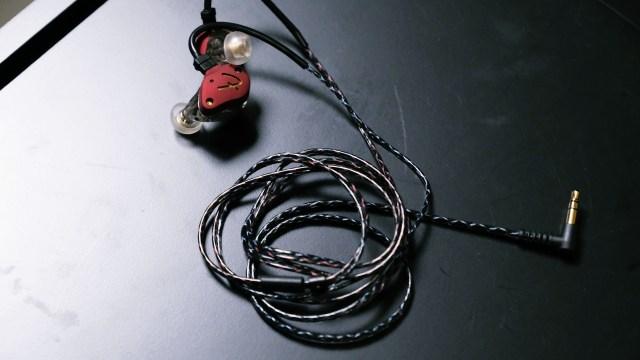 源用2pin可換線介面,及三重鍍銀處理的純銅導體耳線,每組線身同樣繞上兩股軍用級Kevlar纖維,大幅強化耳機線韌度度