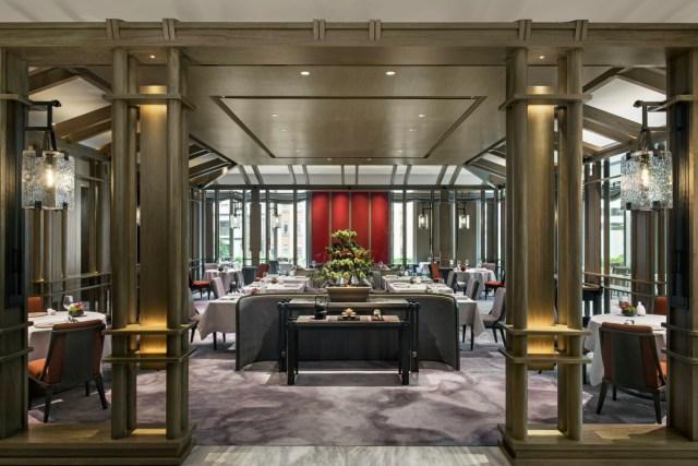 設計師傅厚民( André Fu )以中國傳統茶館建築為靈感,打造出迷人摩登的用餐環境。餐廳設有兩間私人貴賓廳,是私人派對或特殊慶祝活動的理想場所。 潤中餐廳的燈飾採用傳統中國燈籠輪廓製成的玻璃立方體和青銅色散發出柔和 的大氣光澤,展現乾淨俐落的現代風格。