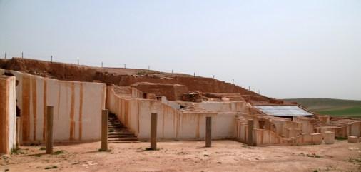 Den centrale del af udgravningen, Tell Mardikh, Ebla, Syrien. Biblioteket ses til højre under bliktaget