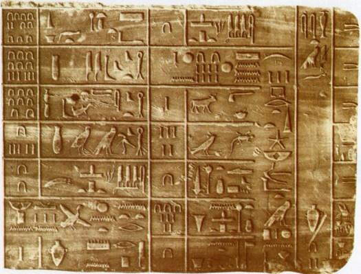 Den elefantinske kalender fremstillet under Tuthmosis I (ca. 1450 fvt.). Den lister ofringer, der skulle foretages årligt på dagen, hvor Sirius-stjernen steg op over horisonten. Dens tilsynekomst er markeret ved en dato: Den 28. dag i sommerens 3. måned. Stjernen ses midt i tredje søjle regnet fra højre.