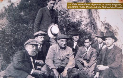 Videnskabeligt besøg ved grotten i 1922. Det er l'Abbé Breuil siddende i midten, mens personen yderst til højre er Teilhard de Chardin