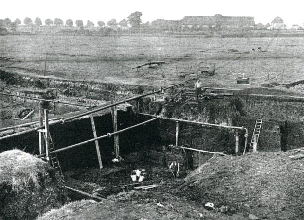 Udgravninger ved Stellmoor (frilægning af Ahrensburg-kulturlagene). Gut Stellmoor ses i baggrunden (fra A. Rust, 1943)