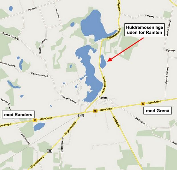 Kort der viser Huldremosens beliggenhed lige uden for Ramten by ca. 1 km nord for hovedvejen mellem Randers og Grenå