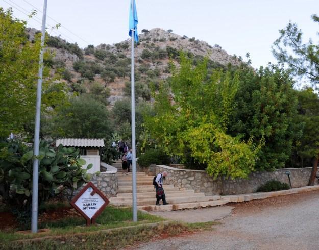 Opgang til grotten, der ligger tæt ved toppen af bakken