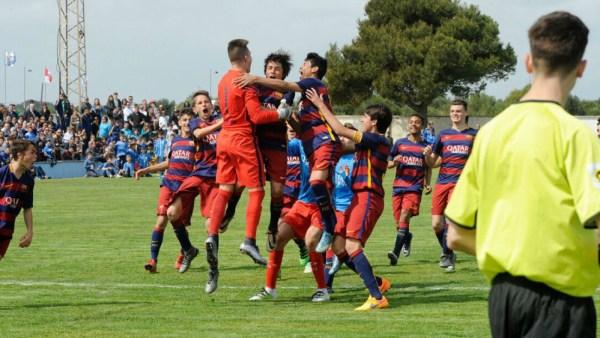 Celebración del título del Barça cadete tras derrotar al Valencia (Fotos: Tolo Mercadal)
