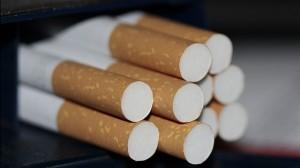 積み重ねて並べられたタバコ