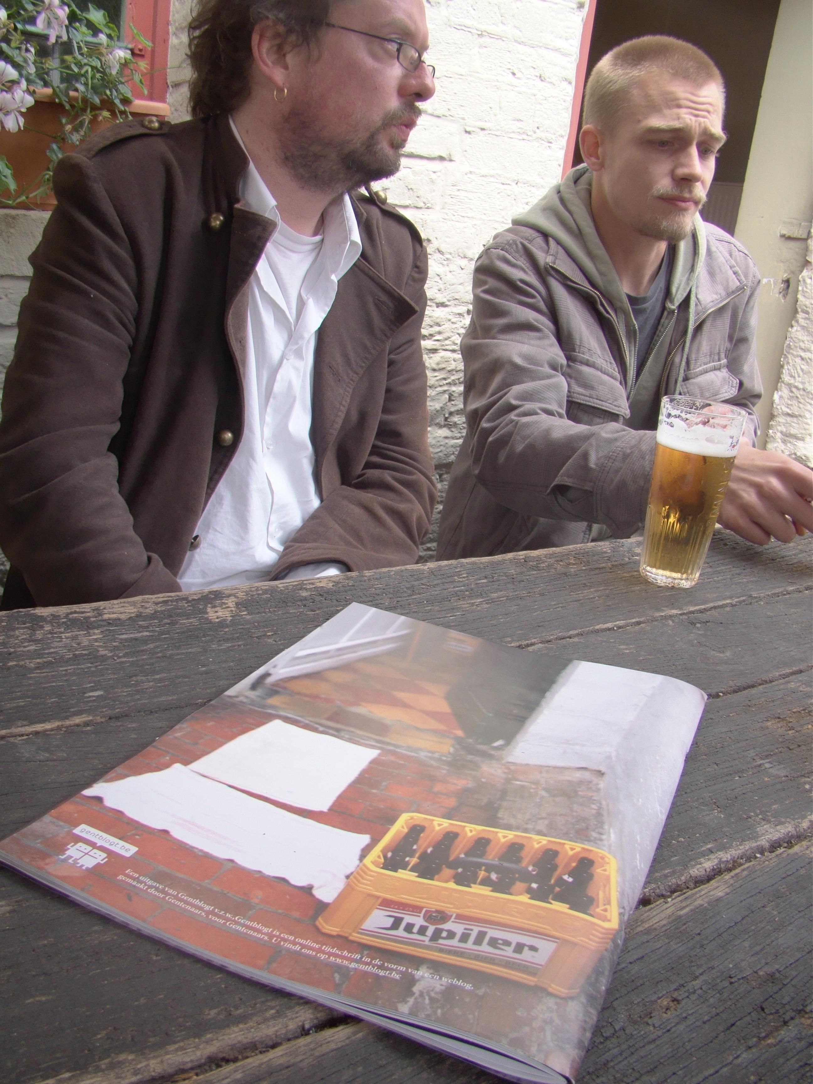Hendrik Braet (l.) en tekstschrijver Wouter Aers zijn blij dat ze geen advertenties moesten publiceren in hun knappe uitgave.