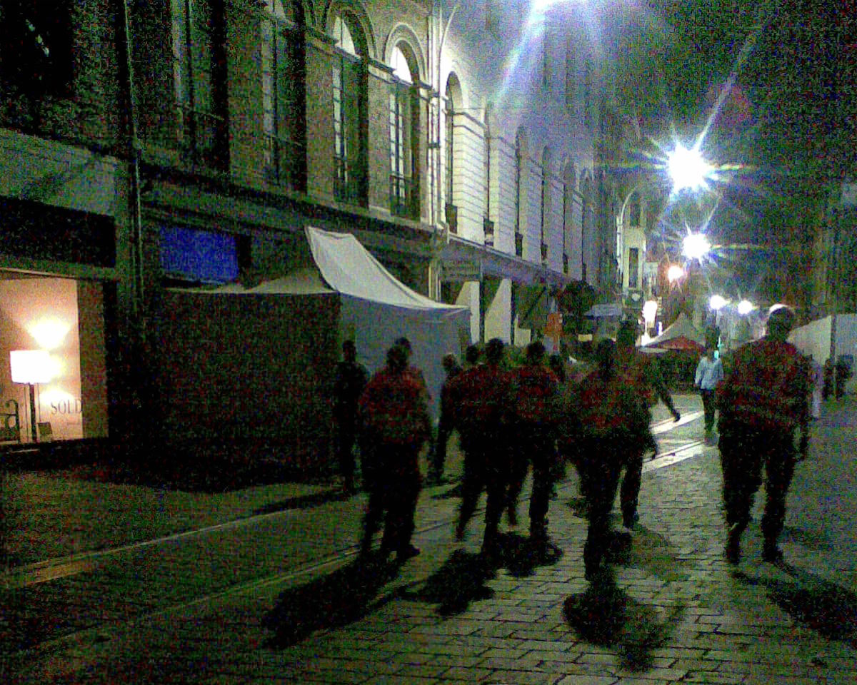 Een squadron flikken marcheert over de Gentse straatstenen. Het volk duikt angstig weg, messentrekkers vrezen dat zij met een matrak op de vingeren getikt zullen worden.