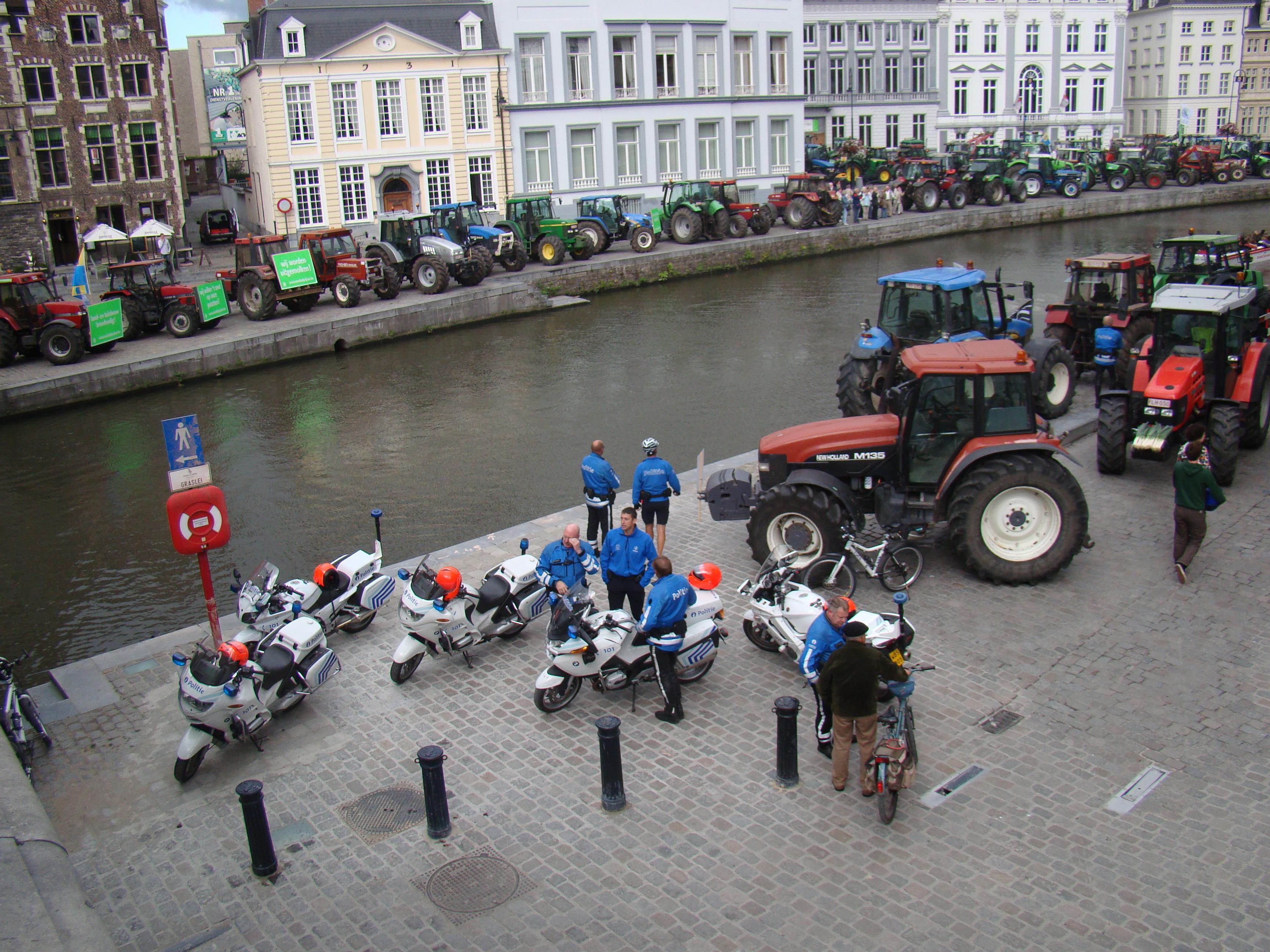 Een eskader flikken wordt ingesloten door razende landbouwers. Het is uiteindelijk burgemeester Termont zelf die tussenbeide moet komen.