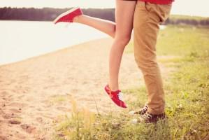 Ein Paar umarmt sich, sichtbar sind nur die Füße