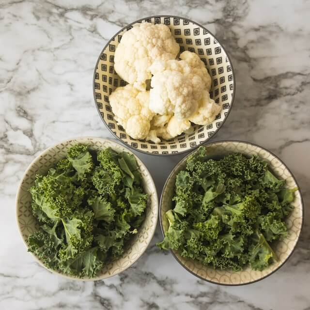 Small bowls with kale and cauliflower
