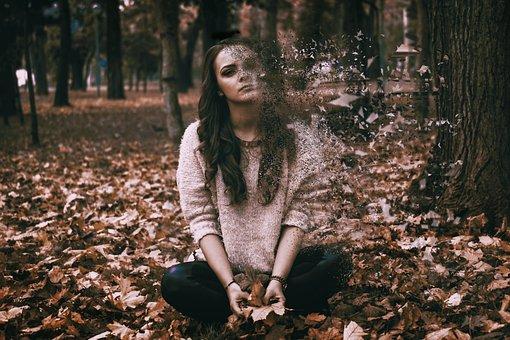 森で消えかける女性