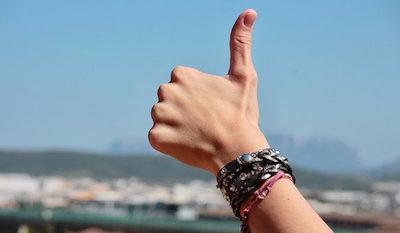 親指を立てる女性の右手