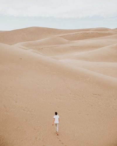 砂漠で迷子になっている男性