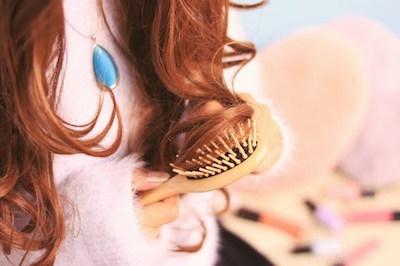 髪の伸び具合を見ている女性