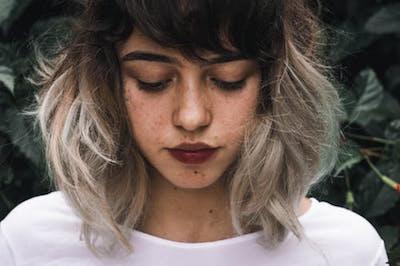 枝毛になってしまって悲しむ女性