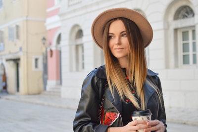 髪質改善トリートメントの正しい知識を持った女性