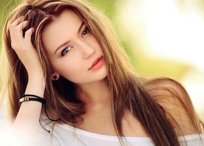 シャンプーをして髪が綺麗になった女性