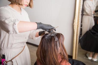 円形脱毛症があってもヘアカラーは可能