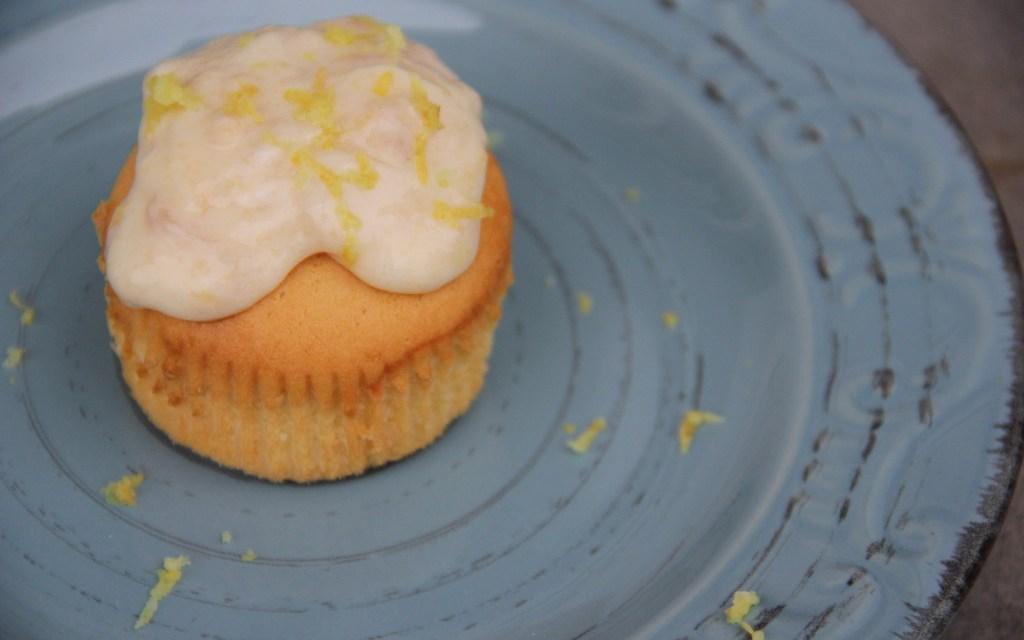 Cupcakes alla marmellata di pesche con copertura allo yogurt e zeste di limone