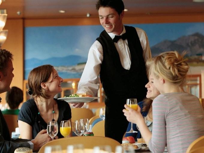 persone rilassate al ristorante