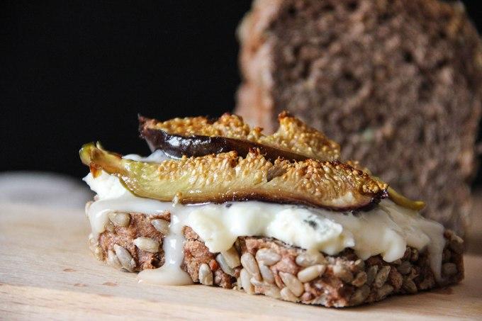 Pane di segale ai semi di lino, gorgonzola dolce e fichi caramellati