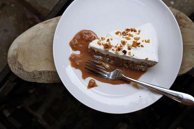 salsa al caramello su fetta di torta