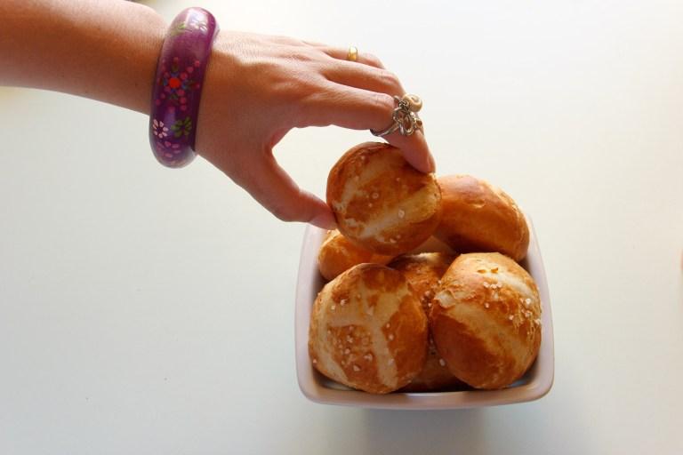 panini bretzel afferrati e mangiati