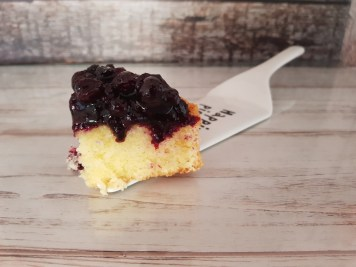 Fetta di torta alla panna acida e mirtilli