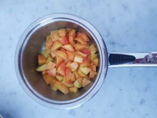Preparazione della confettura di pesche e passion fruit