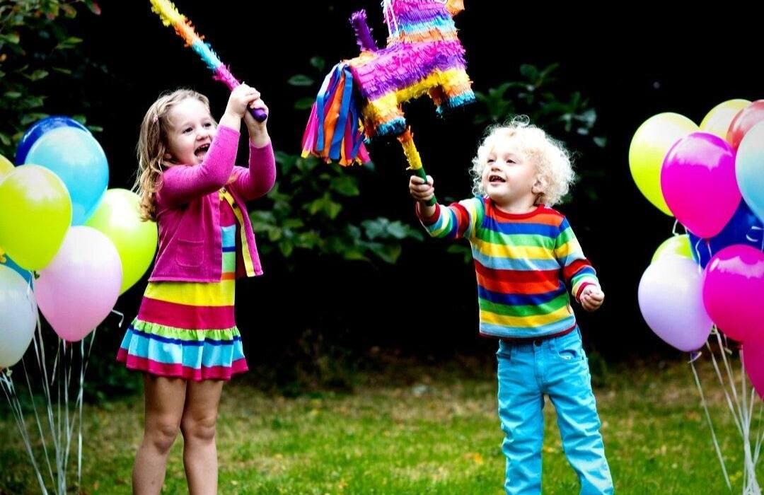 ThePinataandchildrenplaying